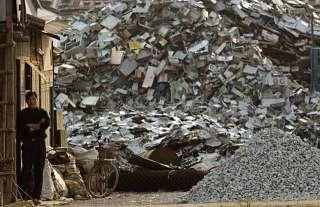 在電子廢棄物堆當中生活的大人