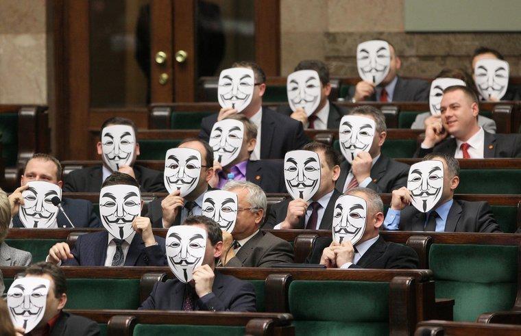 波蘭政府強渡關山, 配合美國壓力簽署黑箱密約 ACTA, 國會小黨戴上 anonymous 面具抗議