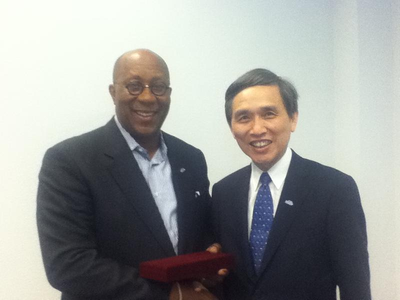 經濟部施顏祥部長與美國貿易代表(USTR)柯克大使(Ambassador Ron Kirk)握手