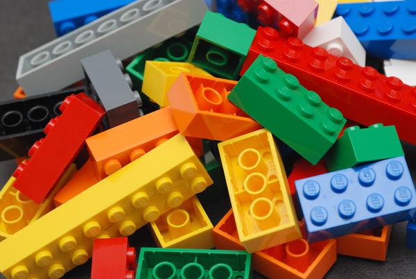 每一塊單獨的積木看起來都很單調乏味; 但它最好玩也最強大的地方在於彼此可以用各種排列組合產生無窮盡的可能性