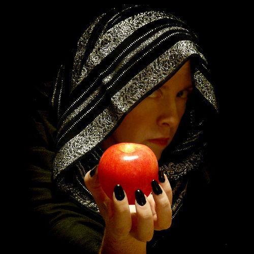 美麗的女巫和她手中誘人的蘋果