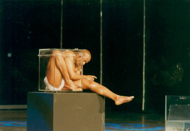 瑜珈大師 Yogi Coudoux 把自己塞進一個小水族箱裡面去