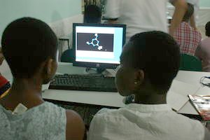 迦納小朋友用 slax 隨身碟學化學
